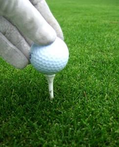 Golfball auf Tee vor dem Abschlag