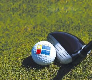 Logoball und Golfschläger im Scandinavian Golf Club