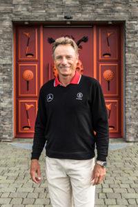 WINSTONgolf_Bernhard Langer vor Roter Tür_Juli2016_SvStengel